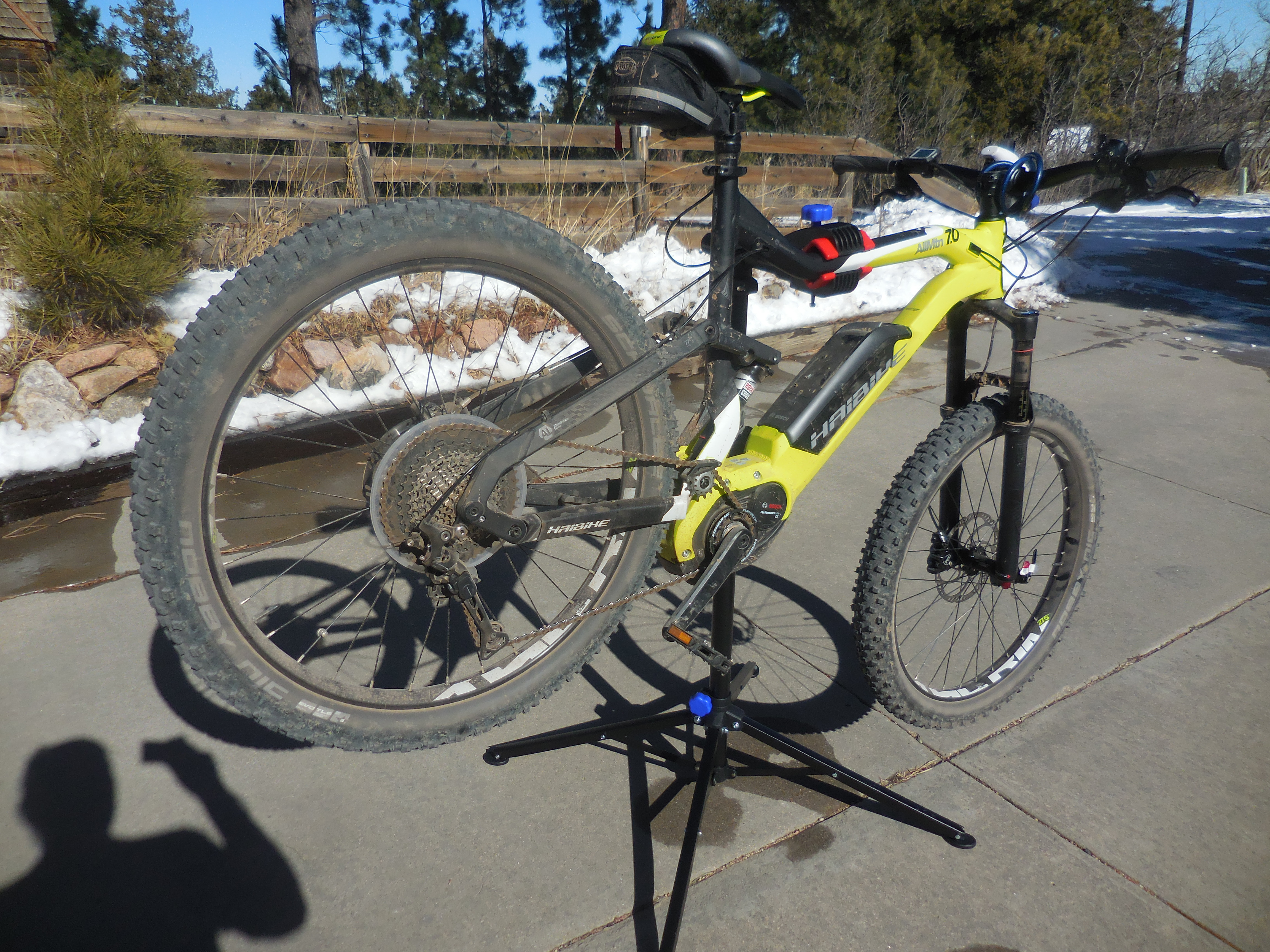 Found a bike servive stand that can handle a e-MTB for a reasonable ...